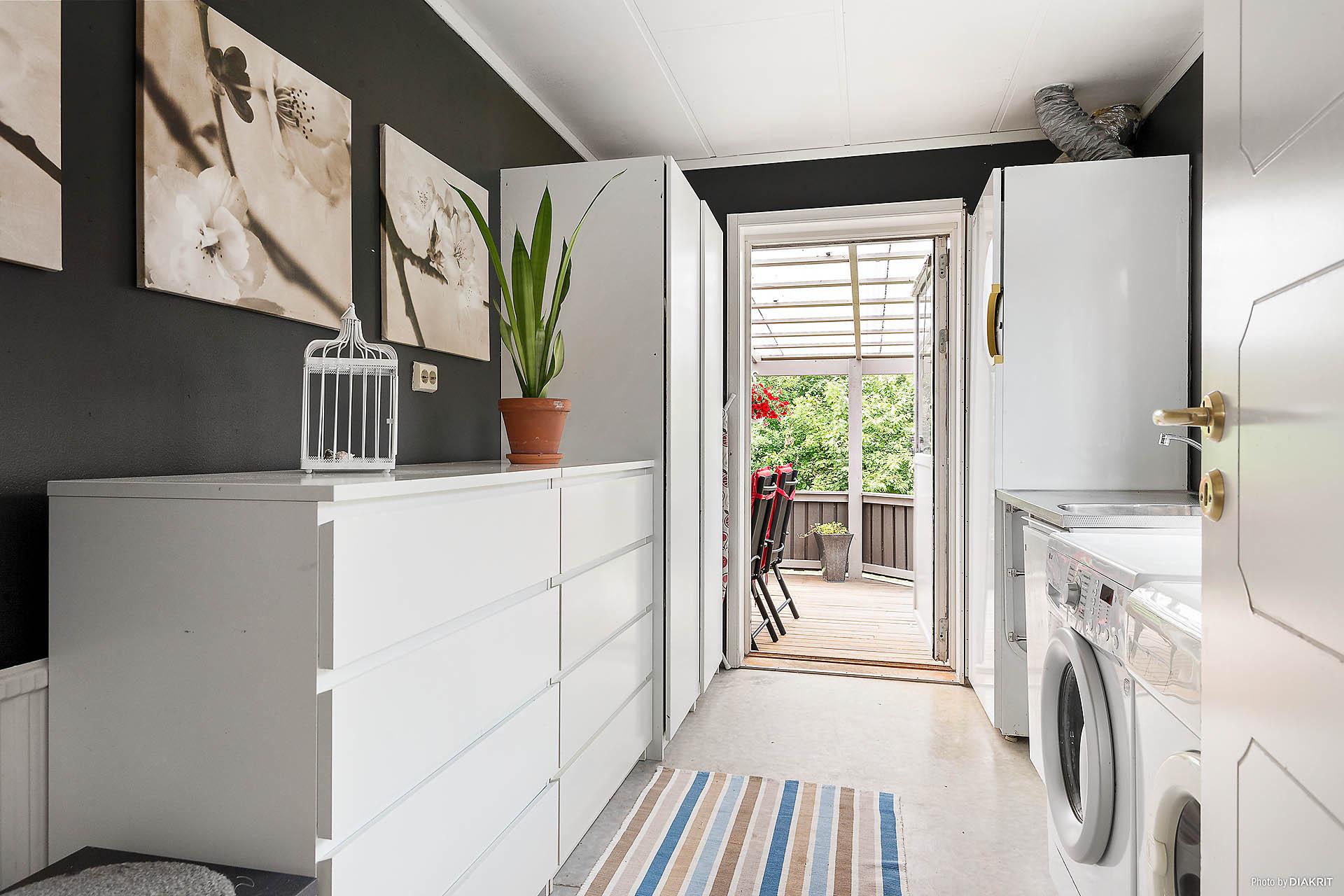 Groventrè/Tvättstuga med utgång till tomten