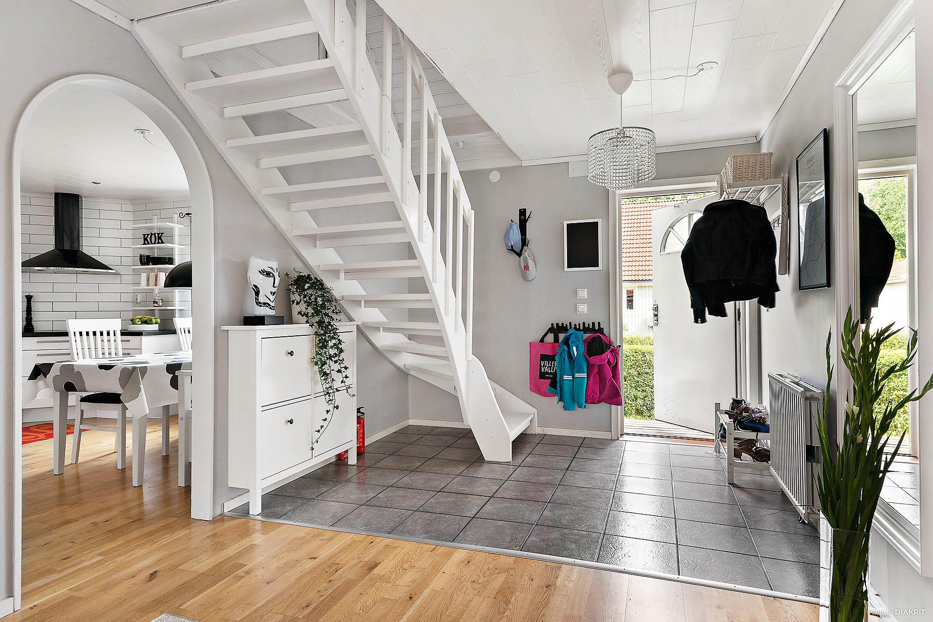 Hall med trappa till ovanvåning