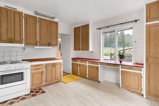 Kök med stora arbetsytor.