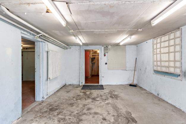 Garage praktiskt beläget intill gårdsplan.