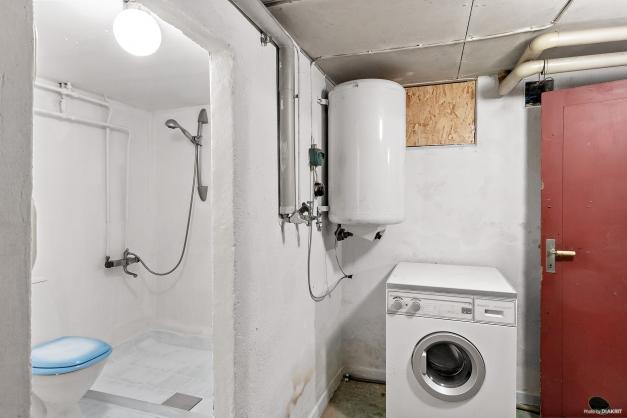 Duschrum, WC och tvättstuga i källaren