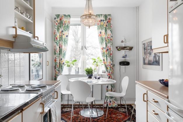Välplanerat kök med matplats vid fönstret