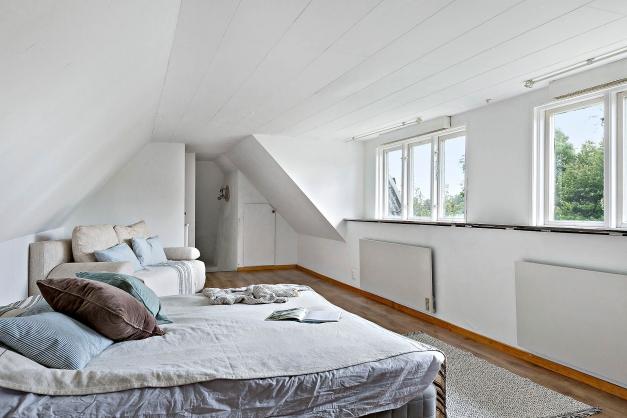 Sovrum på övre plan med rejält med förvaring