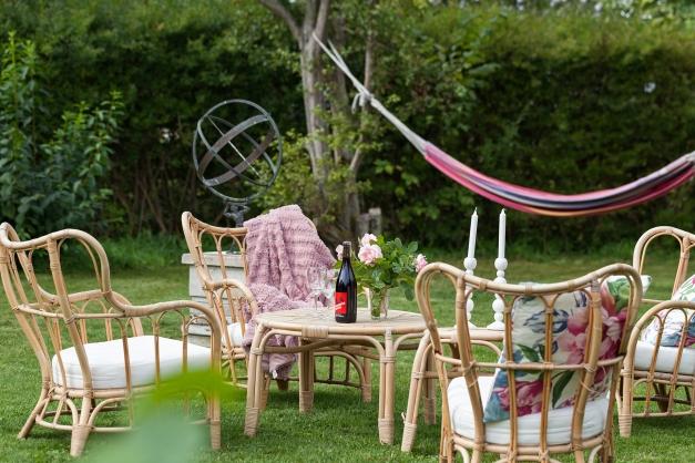 Mysig loungehörna mitt i denna trädgårdsidyll
