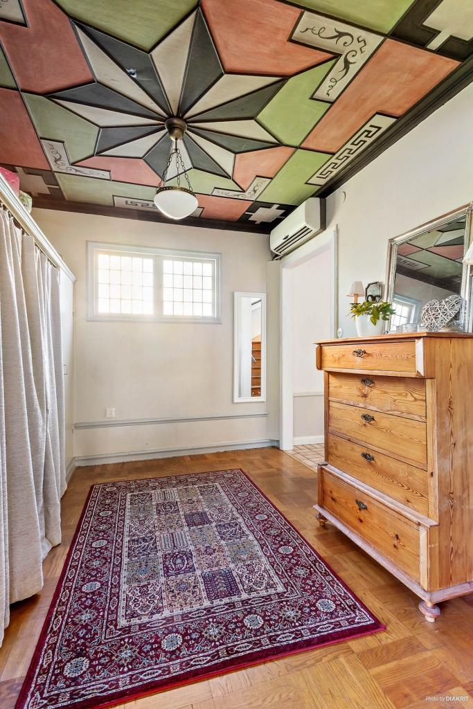 Tambur med vackert handmålat tak med fina listningar och blyinfattade fönster.