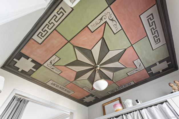 Handmålat tak med stilfullt mönster i tambur