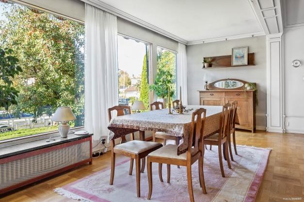 Tillbyggnad från år 1962 i vardagsrum på entréplan. Stora glaspartier med självrengörande specialglas