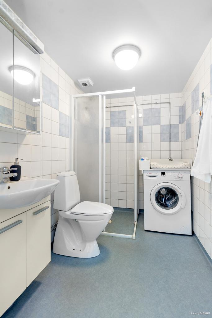 Badrum med dusch och tvättmaskin!