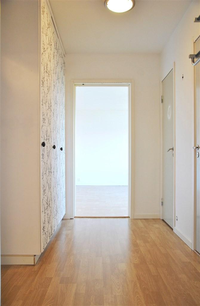 Praktisk och ljus hall. Här nås både garderober och förråd.
