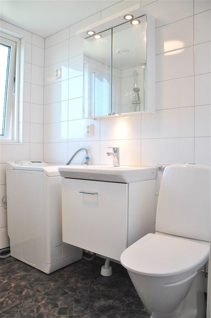 Fräscht badrum som totalrenoverades i samband med föreningens stamrenovering 2016-2017.