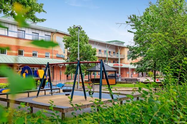 KROKSLÄTTS TORG - Fin lekplats med många lekredskap och utemöbler (150 m)