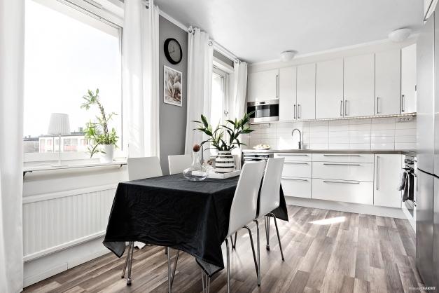 Rymligt kök med stora fönster