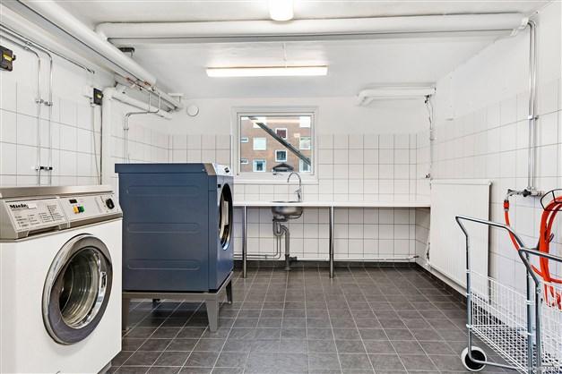 Tvättstuga med torkrum i källarplan.