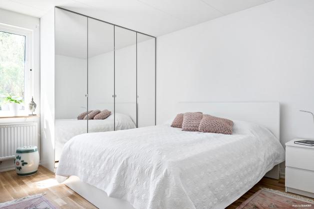 Sovrum med spegelgarderober