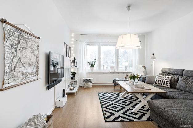 Ljust och rymligt vardagsrum med stora fönster