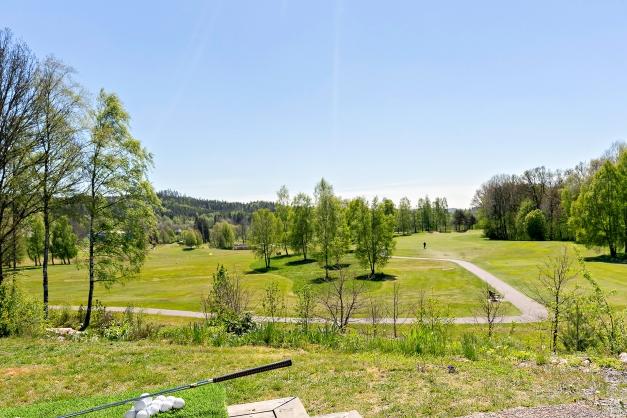 Njut av fin utsikt från huset och altanen över golfbanan