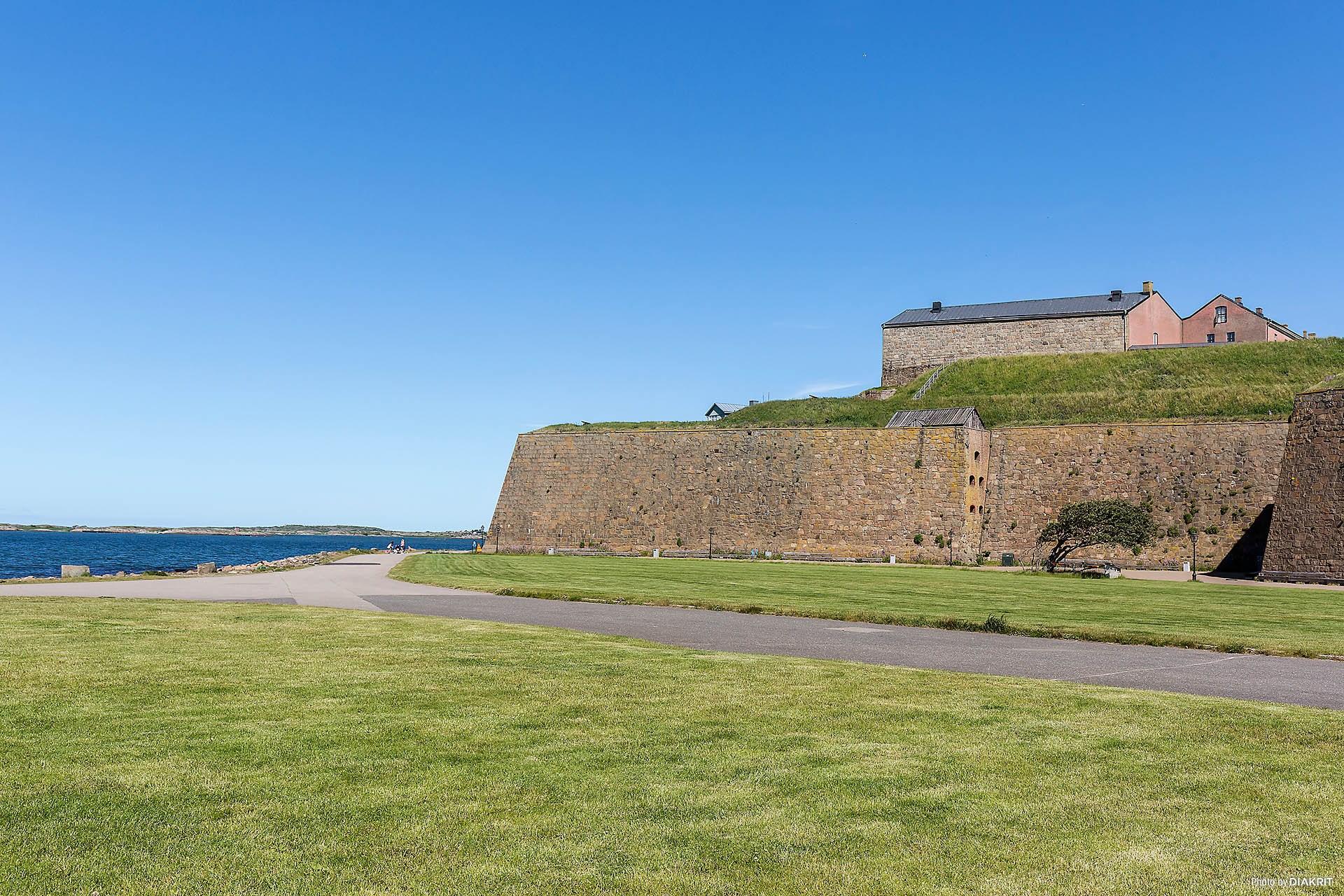 Varbergs Fästning är ett populärt besöksmål och riktmärke för stan. Fästningen ser du även ifrån Strandgården.
