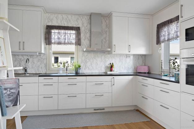 Köket är utrustat med induktionshäll, fläkt, ugn, micro, diskmaskin samt kyl och frys.