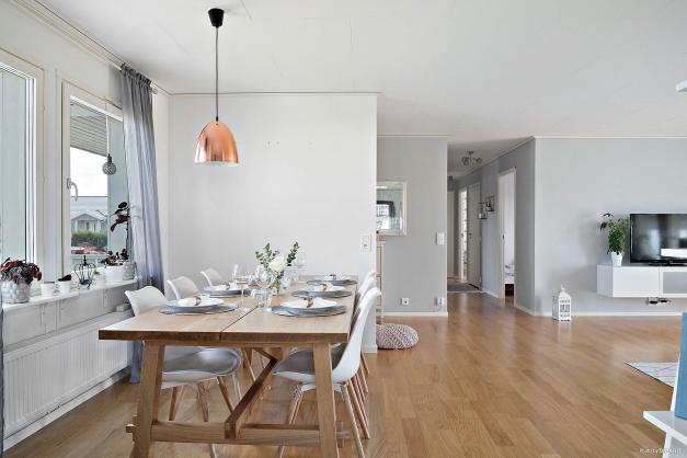 Njut vid matbordet samtidigt som du socialiserar med familj och vänner i både kök och vardagsrum.