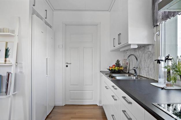 Via köket når du till groventrén/tvättstugan.