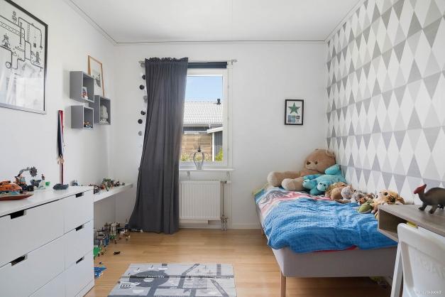 Sovrum med garderob.