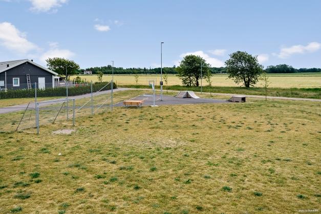I ena hörnet av området finns fotbollsplan och skatepark.