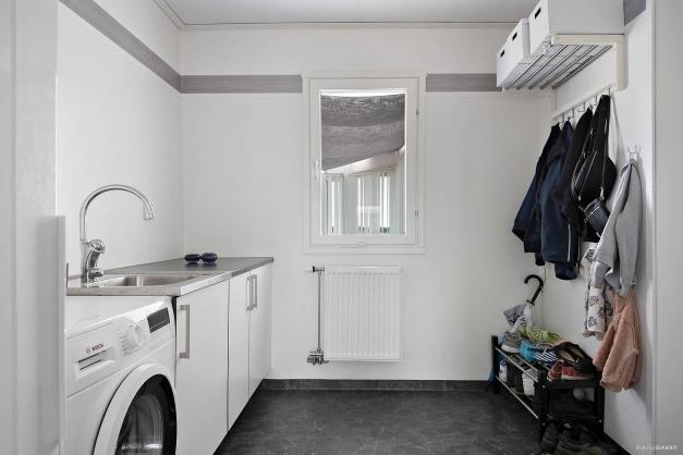 Groventrén/tvättstugan är utrustad med tvättmaskin och torkskåp. Här har du även ingång från kortsidan.