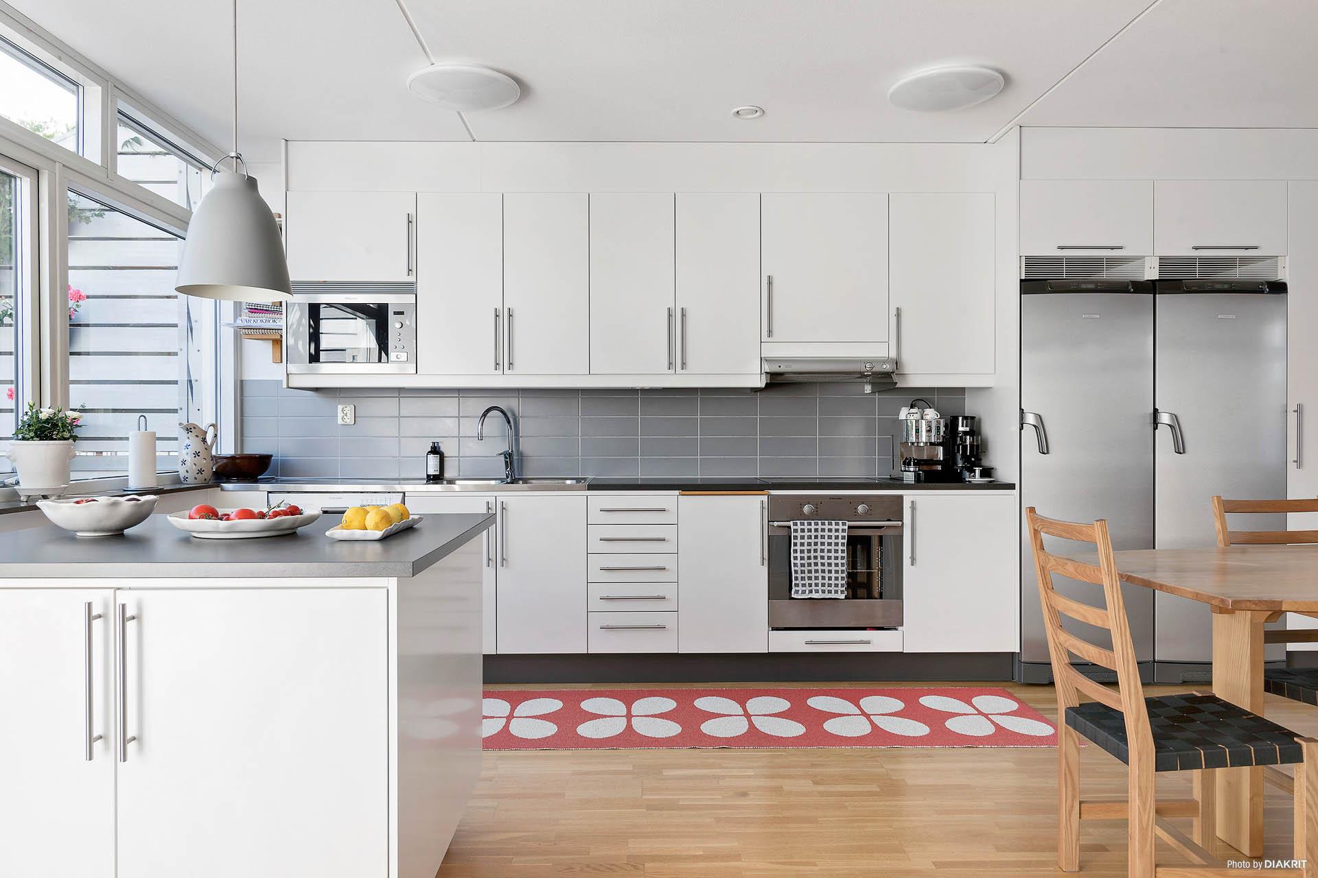 Kök med flyttbar köksö
