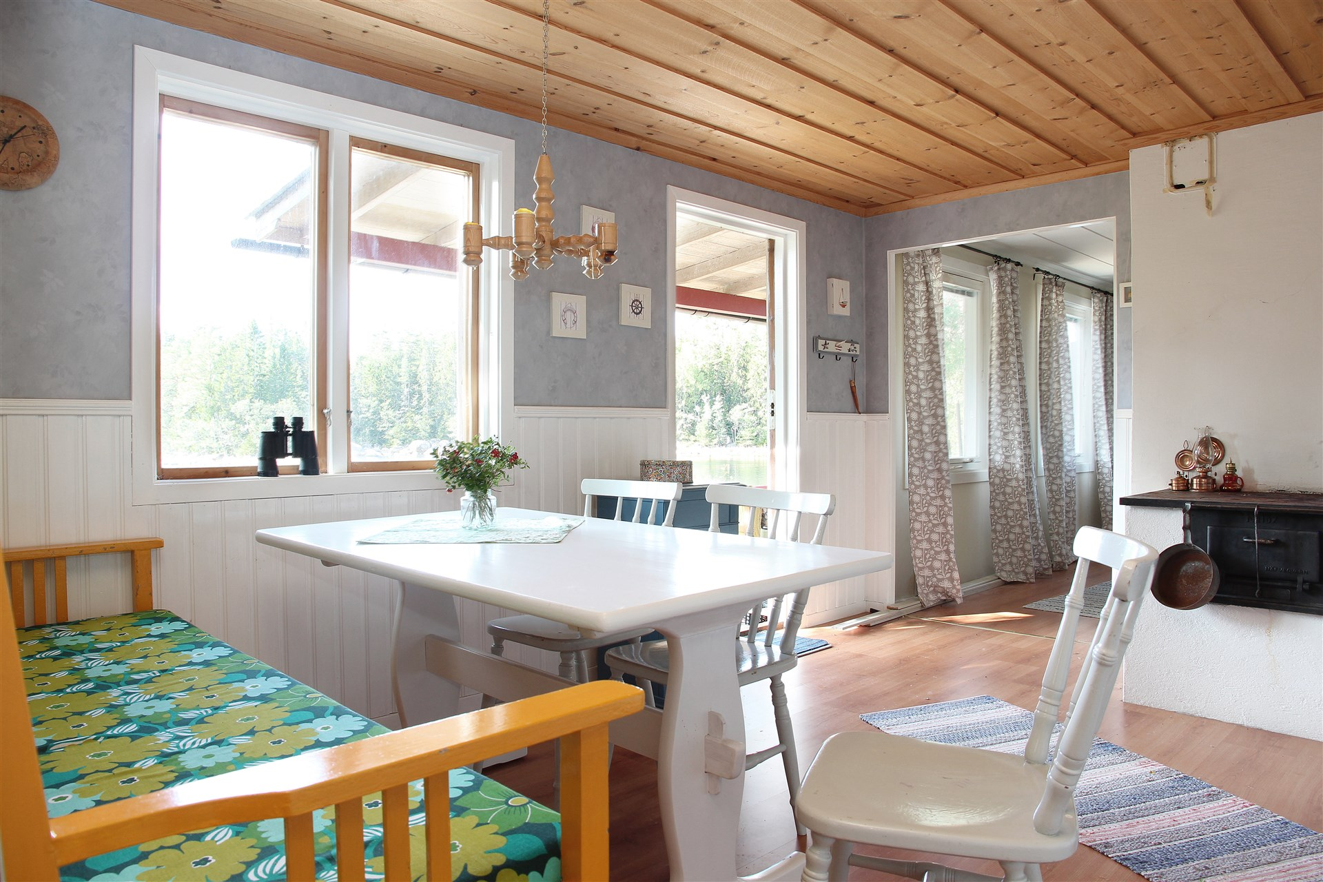 Rymligt kök med hall, matplats och bänkyta