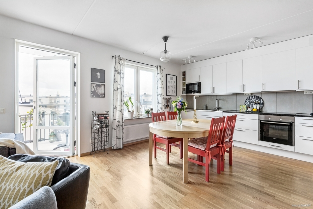 Kök/vardagsrum med utgång till balkong
