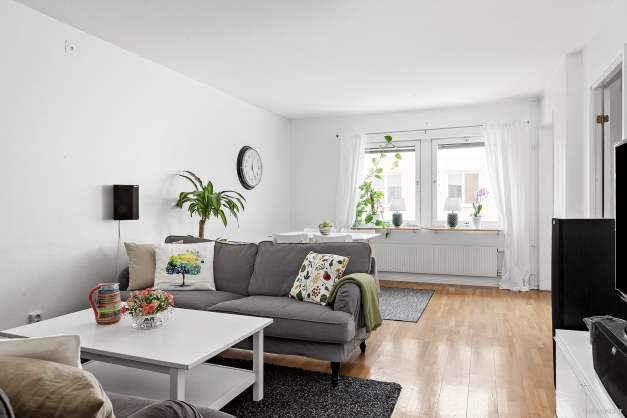 Vardagsrum med plats för både soff- och matgrupp
