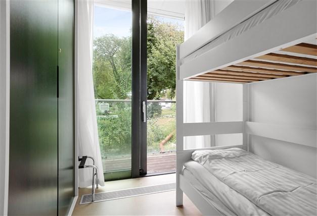 Sovrum på våningsplan 1 med utgång till balkong