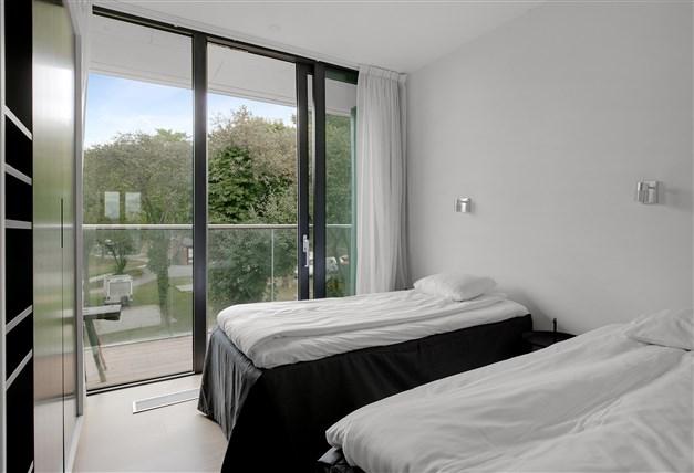 Sovrum på våningsplan 2 med utgång till balkong
