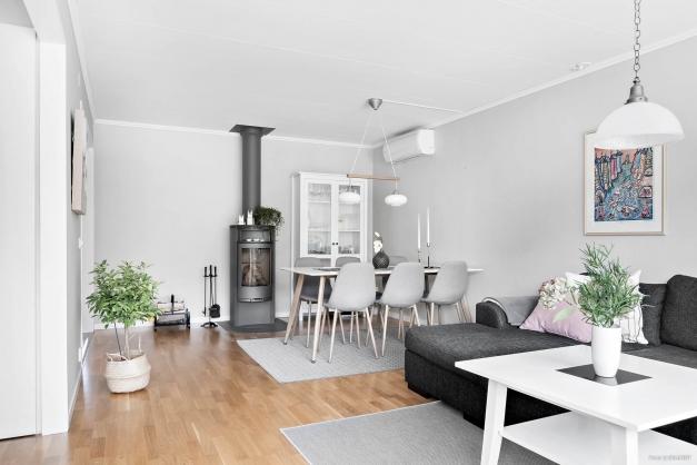 Stort och luftigt vardagsrum med braskamin för extra mysfaktor