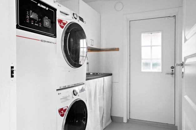 Tvättstugan har groventré och tvättbänk