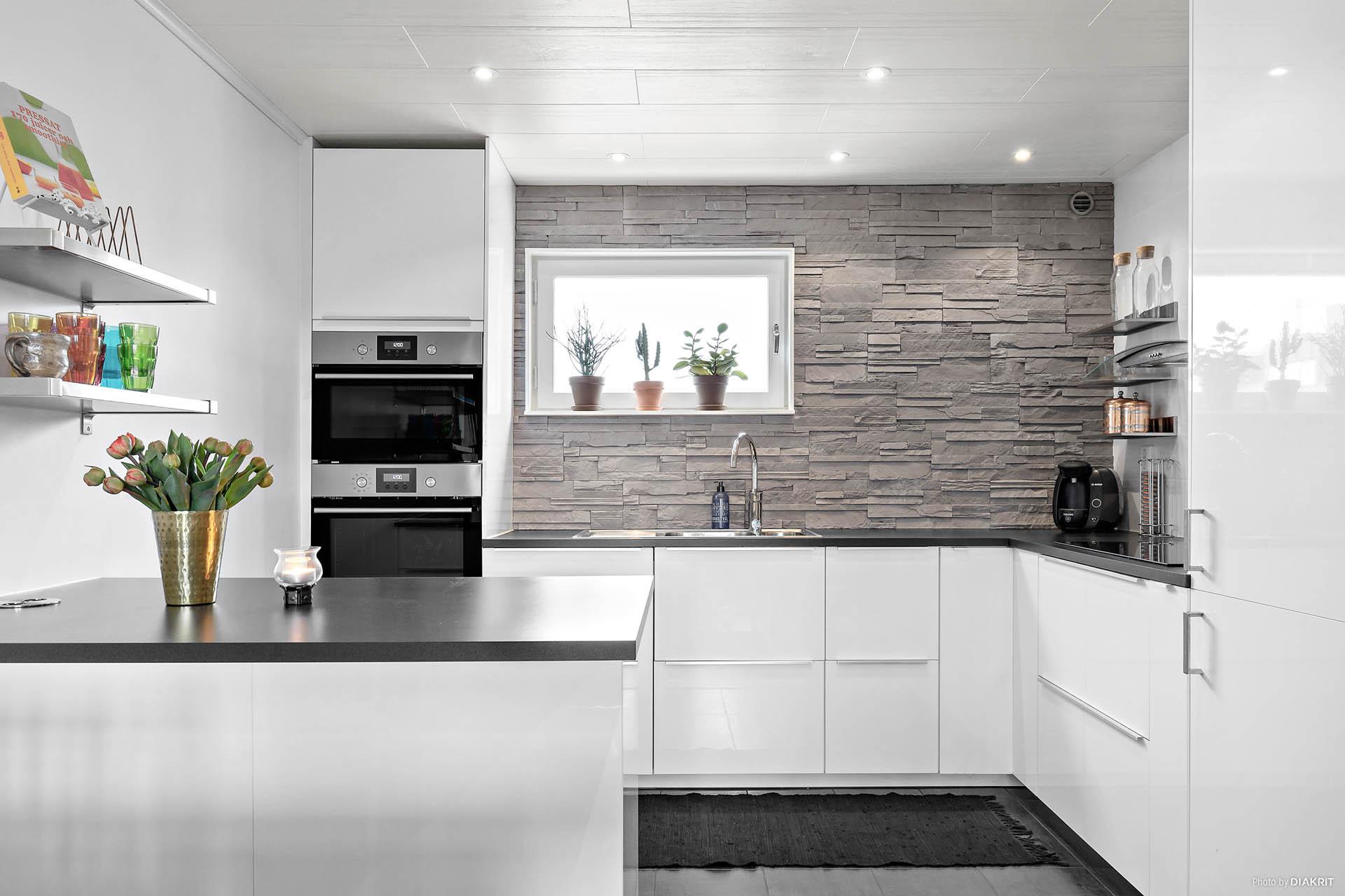 Integrerade vitvaror och platsbyggd köksö