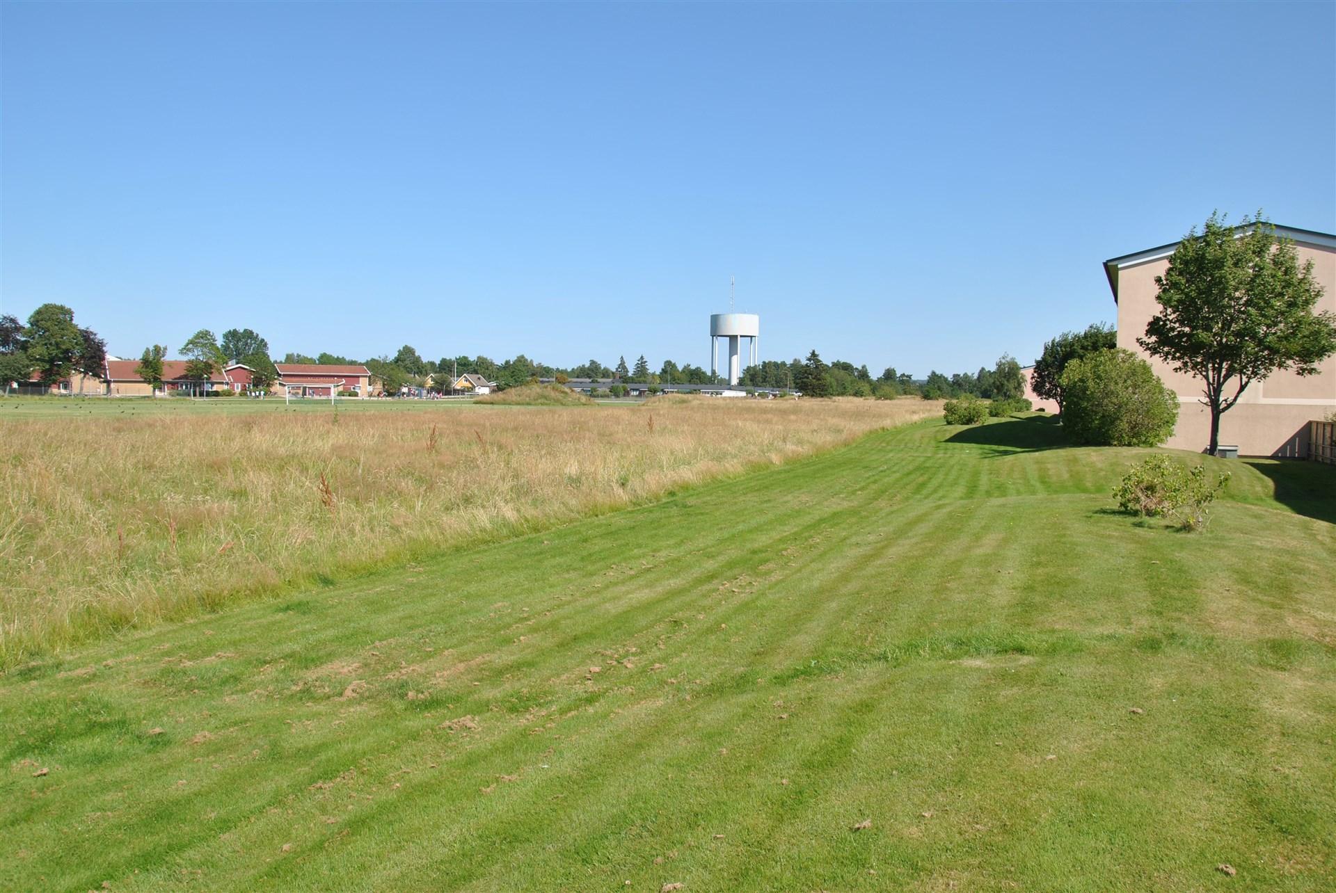 Områdesbild (sommarbild) - Ängsvallen ligger precis intill med bl. a. fotbollsplan. Tärnanskolan i bakgrunden.
