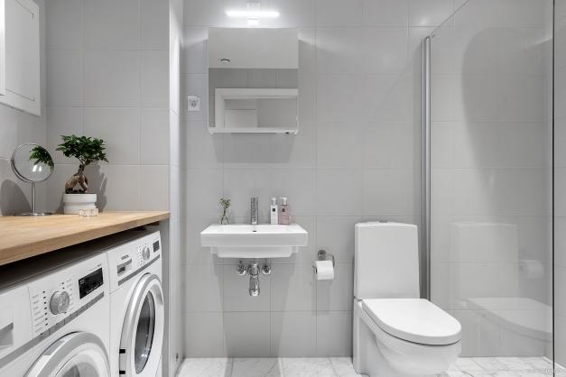 Fullutrustat badrum med påkostat material