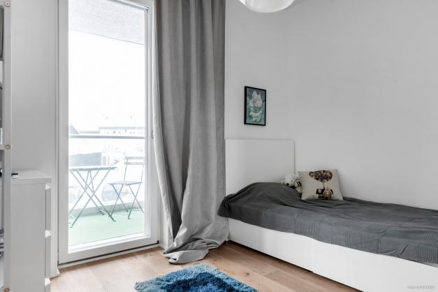 Mindre sovrum med utgång till balkong