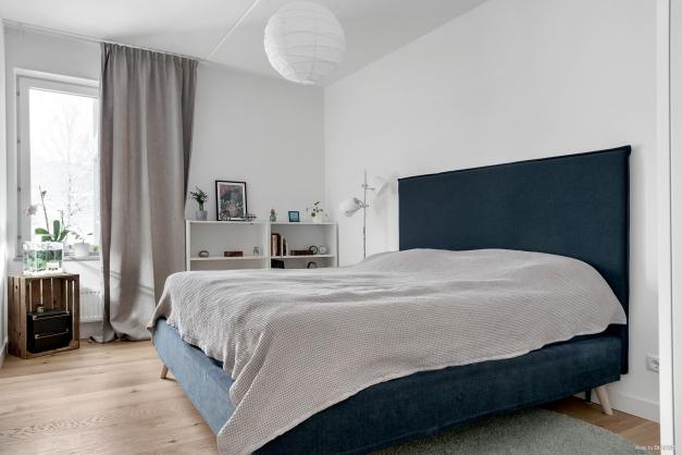 Stort sovrum med skjutdörrsgarderober