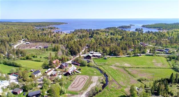 Flygbild över området, från bostaden når ni sandstranden på några minuter!