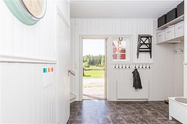 Välkommen in i hallen, ljus och nyligen renoverad