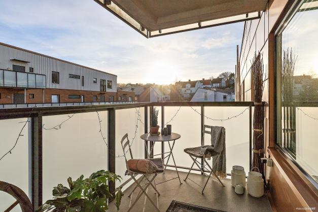 Rymlig balkong undertak med sol hela dagen!