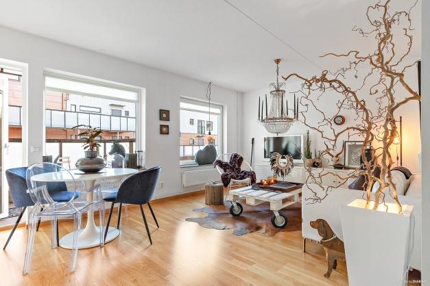 Luftigt och ljust vardagsrum som är enkelt att möblerna.