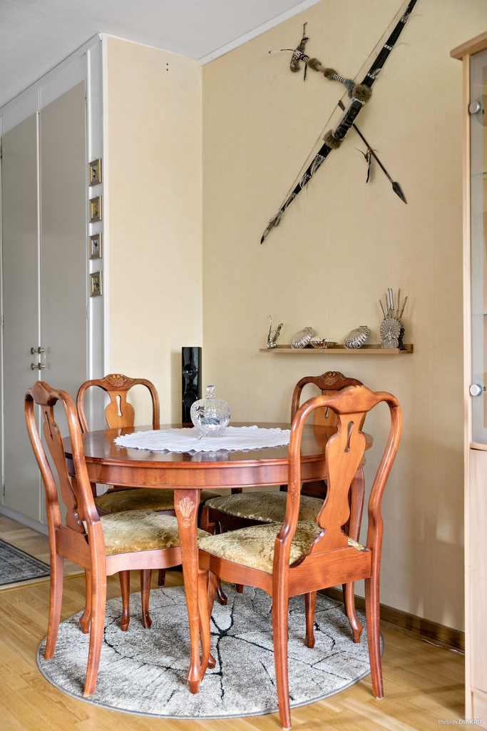 Matsalsbord i vardagsrummet.