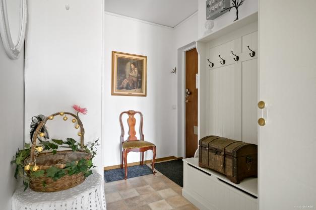 Ljus hall med plats för ytterkläderna och bra förvaring i garderober.