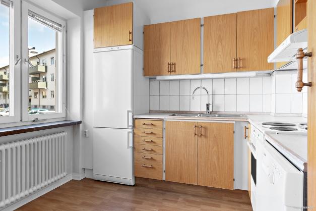 Kök med plats för litet köksbord