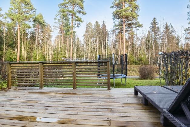 Stor altan mot skogen och grönområdet
