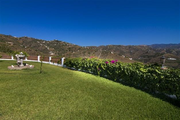 Trädgård med utsikt över bergen