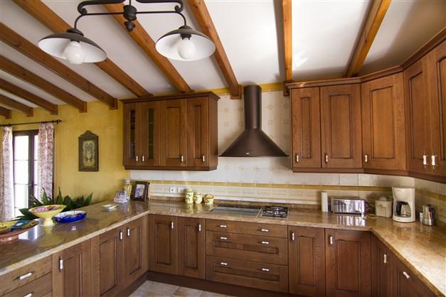 Trevliga arbetsytor och gott om skåp i köket